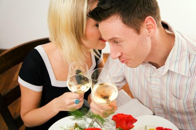 Menina sussurrando no ouvido para o marido