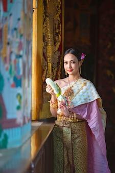 Menina tailandesa no traje tailandês tradicional, cultura de identidade da tailândia.