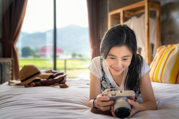 Menina tailandesa relaxar no quarto de cama com o país