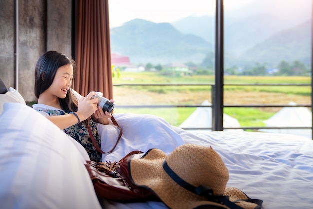 Menina tailandesa relaxar no quarto de cama