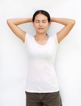 Menina tailândia t-shirt exercício isolado fundo branco