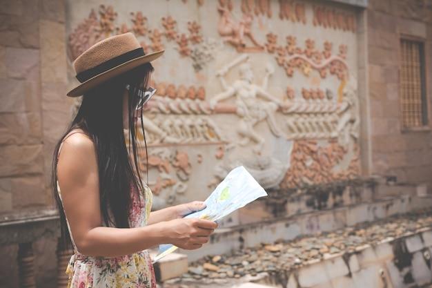 Menina tem um mapa turístico na cidade velha.