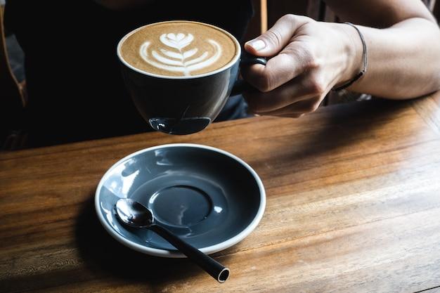 Menina, tendo, um, cappuccino, café, partir