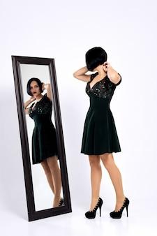 Menina, tentando, shortinho, vestido, e, olhar, mesma, em, a, espelho