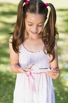 Menina testando diabetes no medidor de glicose