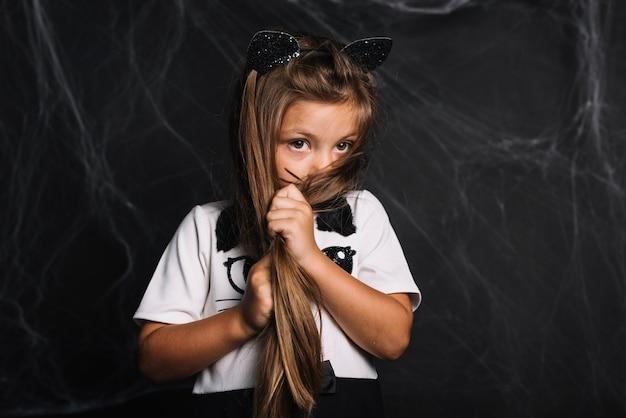 Menina tímida em traje de gato