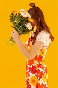 Menina tímida, segurando o buquê de flores