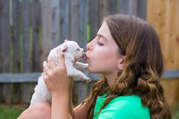 Menina, tocando, beijando cachorro chihuahua
