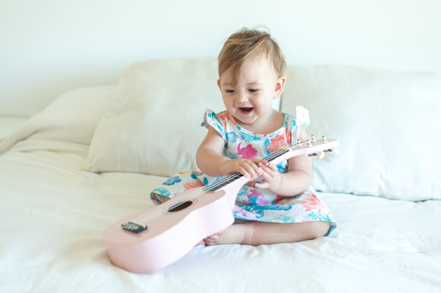 Menina tocando cavaquinho