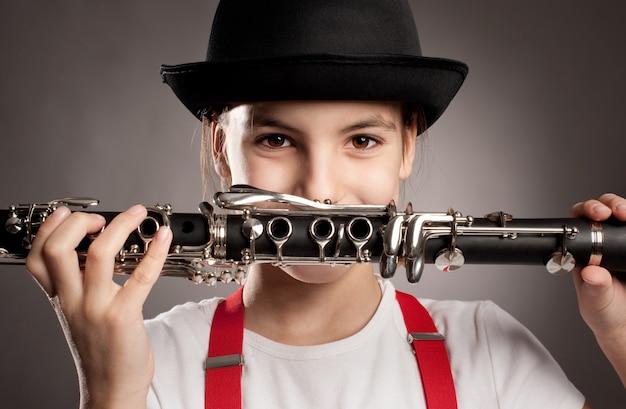 Menina tocando clarinete