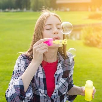 Menina, tocando, com, bolhas sabão