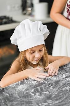Menina, tocando, com, farinha, em, cozinha