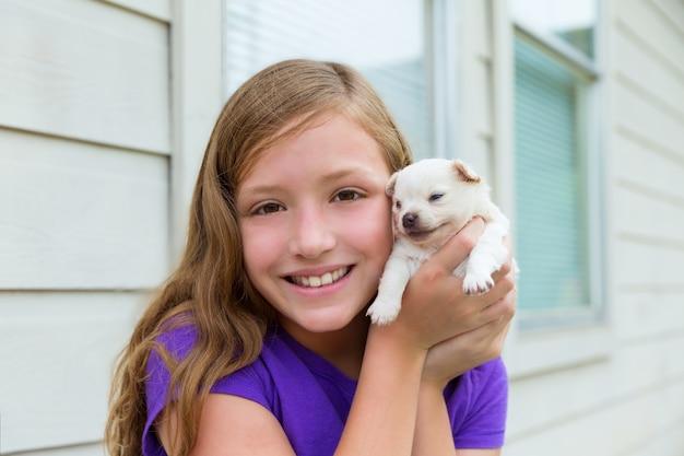 Menina, tocando, com, filhote cachorro chihuahua, cão de estimação