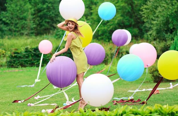 Menina, tocando, com, multicolorido, balões