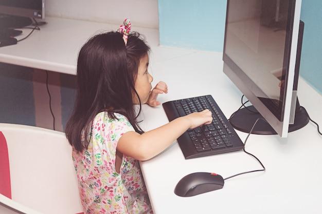 Menina, tocando, com, um, computador