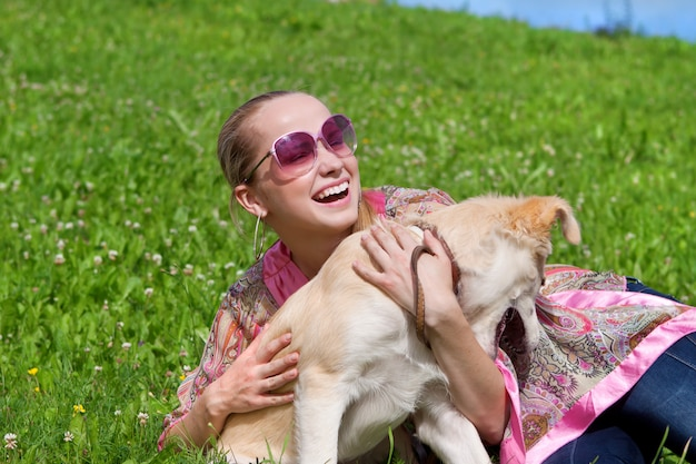 Menina, tocando, com, um, filhote cachorro