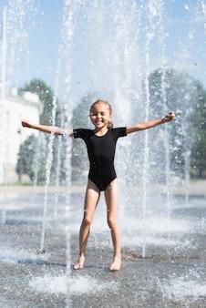 Menina, tocando, em, fonte água
