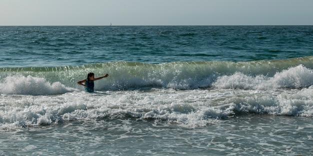 Menina, tocando, em, ondas oceano, vina del mar, chile