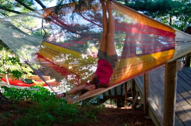 Menina, tocando, em, um, hammock, lago, de, a, madeiras, ontário, canadá