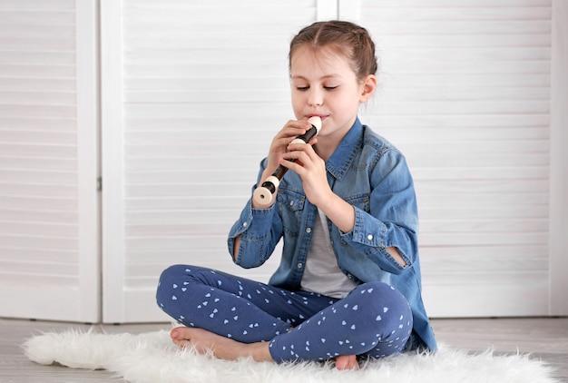 Menina tocando flauta