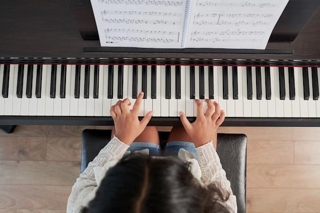 Menina tocando instrumento musical