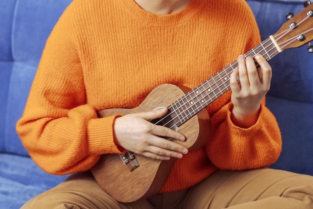 Menina tocando ukulele, close-up