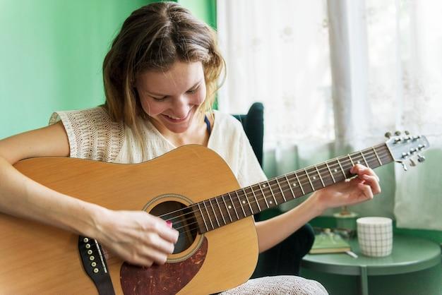 Menina, tocando, um, violão acústico