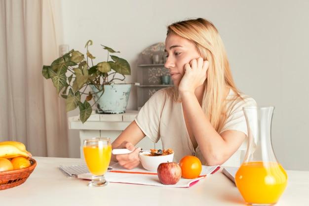 Menina tomando café da manhã saudável