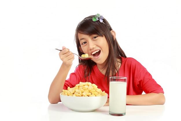 Menina tomando café da manhã