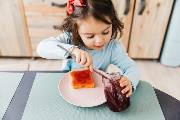 Menina tomando seu café da manhã