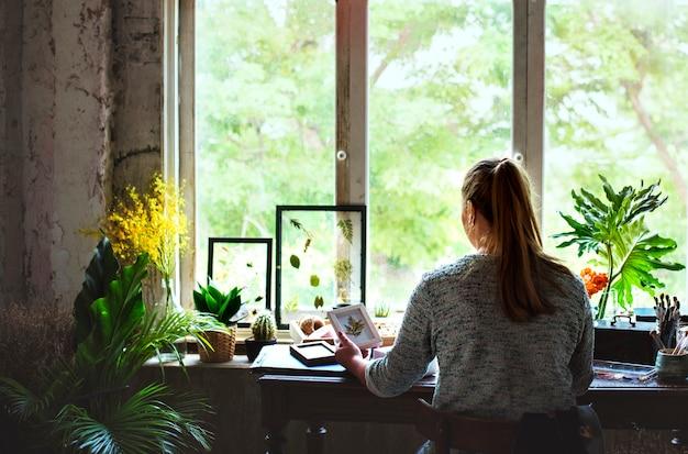 Menina, trabalhando, com, flores secadas