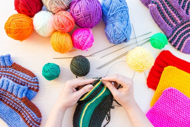 Menina tricota meias agulhas de tricô
