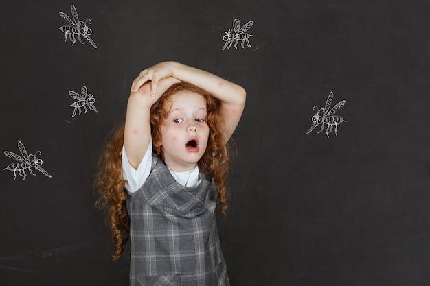 Menina triste com medo de picadas de mosquitos voando ao redor dela.