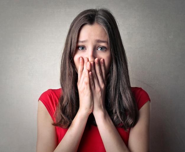 Menina triste com medo