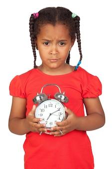 Menina triste com um relógio prateado isolado em um over branco