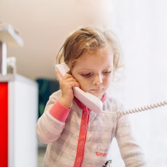 Menina triste falando no telefone