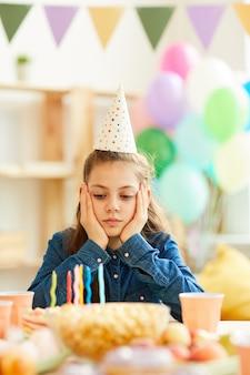 Menina triste na festa de aniversário
