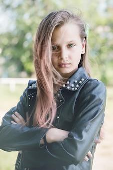 Menina triste na jaqueta de couro