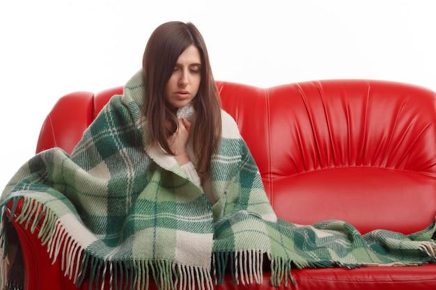 Menina triste sofrer um resfriado em casa