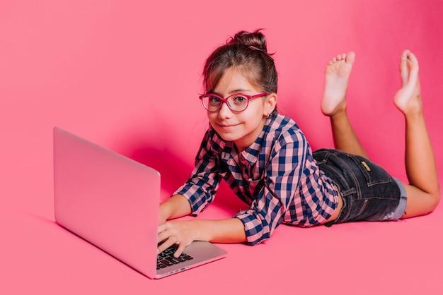 Menina, usando computador portátil
