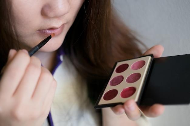 Menina, usando, cosmético
