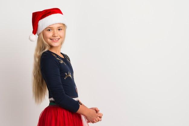 Menina usando espaço de cópia de chapéu de papai noel
