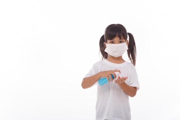 Menina usando gel de álcool para limpar as mãos. em branco