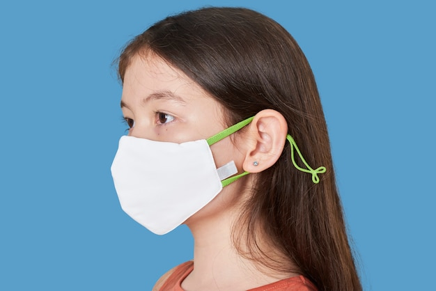 Menina usando máscara branca