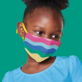 Menina usando máscara de arco-íris