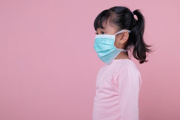 Menina usando máscara médica