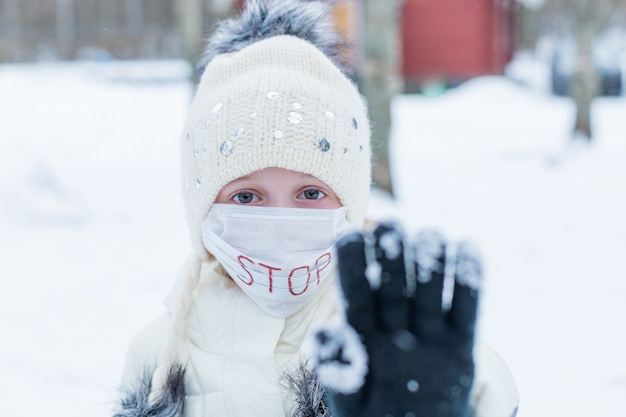 Menina usando máscara para proteger