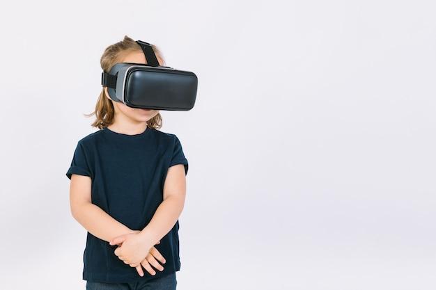 Menina usando óculos de realidade virtual com os braços cruzados, sobre fundo branco