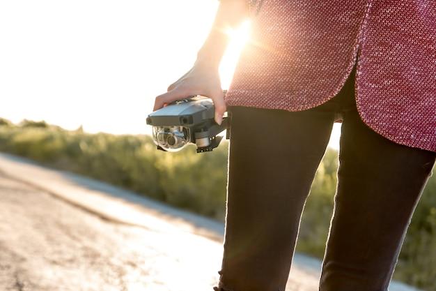 Menina usando seu drone para filmar vídeos