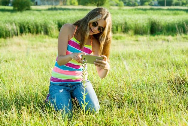 Menina, usando, smartphone
